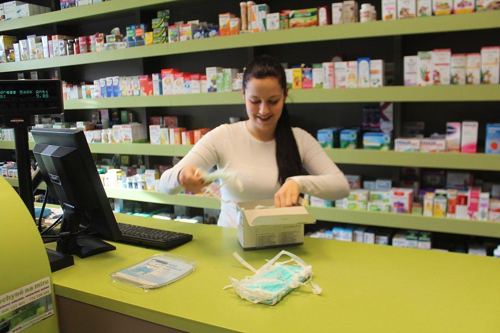 V lékárně Trio v Jičíně jsou ústenky k dostání, ale jak upozorňují lékárnice, před nákazou neochrání. Jsou určeny nemocným, aby nemoc nepřenášeli.