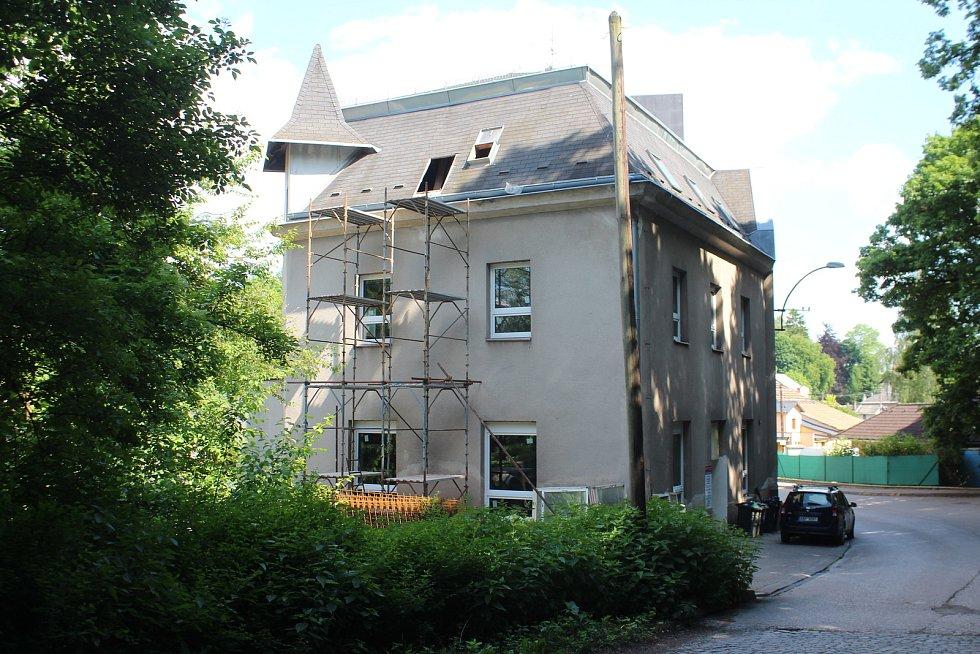 Budova bývalé tiskárny ve Staré Pace prochází rozsáhlou rekonstrukcí. Vzniknou nové byty i zázemí pro asistentky.