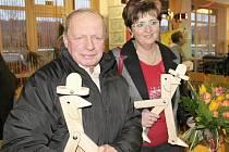 MILOSLAV SÁDLO, kronikář obce Keteň převzal dřevěnou sošku za dlouhodobé zásluhy, starostka Kopidlna Hana Masáková byla oceněna za počin roku 2012 – organizování Kopidlenských slavností.