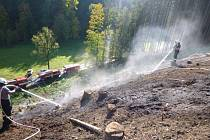 Nahlášené pálení klestí se vymklo kontrole, v Bělé u Pecky zasahovalo několik jednotek hasičů. Foto: HZS KHK