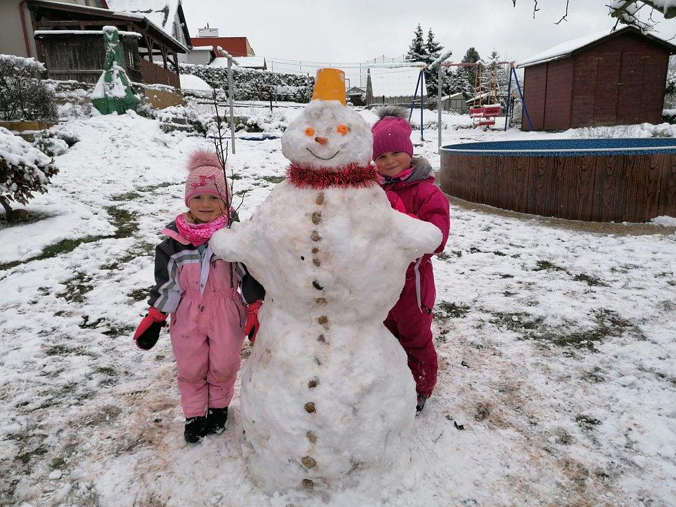 Sněhuláka postavily také dcerky Martiny Šepsové ze Staré Paky.