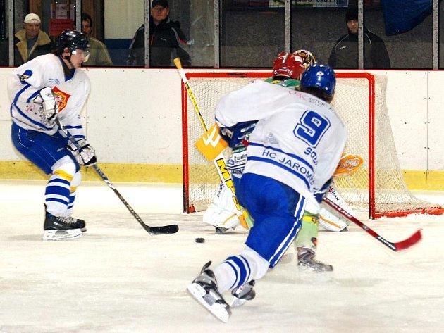 Hokejisté Jaroměře si středečním vítězstvím v Hronově udrželi první příčku, zítra však mají volný los.