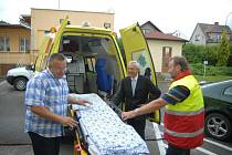 Ministr zdravotnictví Leoš Heger pokřtil v Hořicích sanitku.