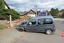 Zřejmě kvůli mikrospánku vyjel řidič ze silnice a zastavil se až o zděný plot u domu.