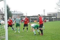 Bělohradští fotbalisté (v červeném) nastoupí v sobotu od 16 hodin v Jičíně proti druhému celku tabulky.