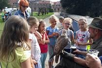 Myslivci během pohádkového festivalu připravili v parku program pro děti.
