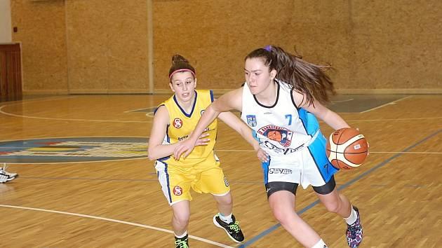 Situace z basketbalového derby Jičín – Nová Paka, ve kterém zvítězil domácí Jičín 81:57.