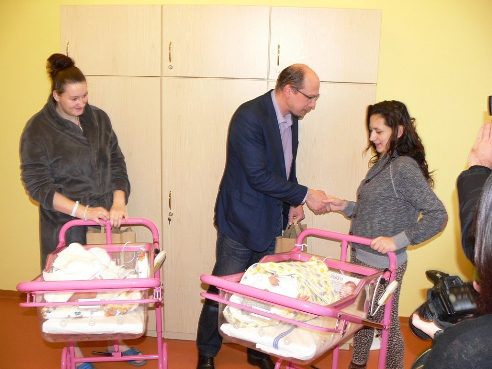Hejtman odměnil první miminka Královéhradeckého kraje narozená v Jičíně.