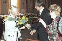 Naďa Kavalírová dostává květiny od hořického starosty Ivana Doležala.