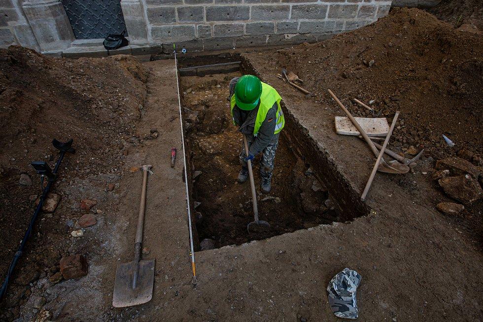 Archeologové odhalili na hradu kost pozůstatky kamenné kruhové věže