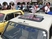 Ze srazu automobilů Lada, zastávka na soboteckém náměstí.