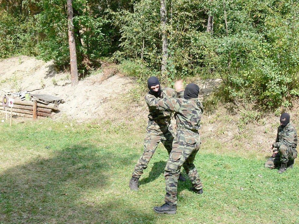 Ukázka policejního výcviku obrany.