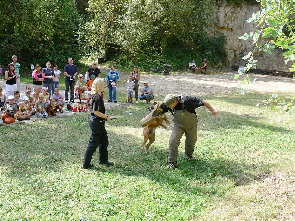 Cvičený pes také přítomné zaujal.