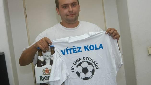 Martin Sedláček ze Třtěnice převzal cenu za prvenství ve druhém kole Tipligy. Hraje fotbal za chomutické béčko v okresní soutěži.