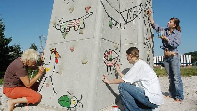 Zdobení horolezecké stěny u jičínského dětského hřiště.
