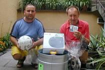 PRVENSTVÍ putovalo do Loun, cenu pro vítězku Lenku Dejlovou převzal Alois Dejl. Druhý skončil Jan Halčák (vlevo). Oba si odnesli sud piva Tambor, ceny od Elektro Berry, míč a drobnosti.