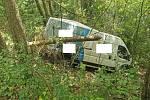 Dodávku řidič poslal ze stráně mezi stromy.
