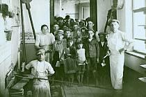 Pekařská dílna v domě č.172 v Jičíně, Nové Město,za 1.světové války,5.6.1915. Po pravé straně u okna v zástěře Frant.Filip, krajní vlevo vzadu Marie Filipová,před ní u pece Frant.Vít z Čejkovic,učeň pekařský,osoby u dveří čekající na chléb,až se upeče.