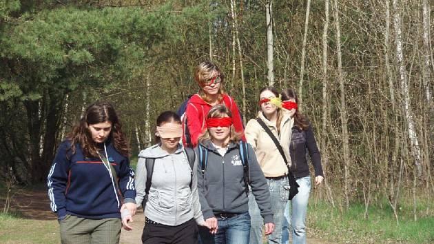 Studenti při plnění úkolů v přírodě.