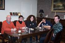 Ital Angelo (druhý zprava) na návštěvě v Belgii u rodiny, která je také zapojena do mezinárodního výměnného programu  AFS a bude hostit studenty z jiných zemí.