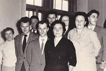 Členové kolektivu Brigády socialistické práce v jičínském Dřevotvaru na schůzi v Nové Pace.