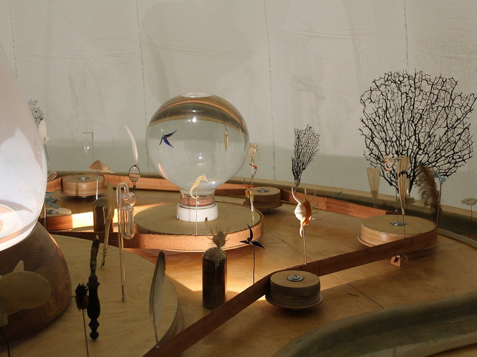 Výstavu inspirovanou dílem Jana Amose Komenského můžete po celé léto navštívit v jičínské galerii.