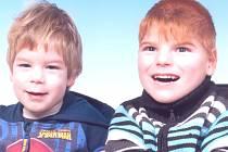 ONDRA DUŠEK (vpravo) se svým mladším bratrem Fanouškem, který má na svého staršího sourozence jednoznačně kladný vliv; Ondra ho napodobuje, což mu přináší více pohybu i radosti.