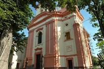 Hlavní vchod do novopackého kláštera.