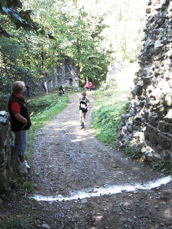 První ročník běžeckého závodu Dva hrady: vítěz se blíží.