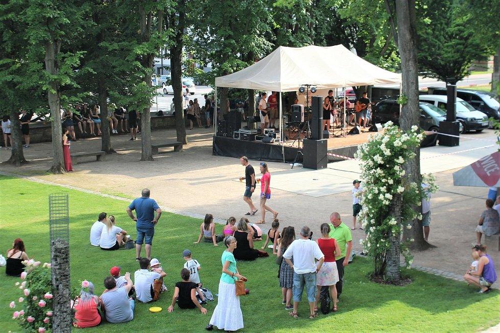 Do zámeckého parku se sešly stovky lidí. Hudební program zde začínal už ve 2 odpoledne, davy lidí v parku zůstaly až do nočních hodin.