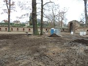 V Libosadu u Valdštejnské lodžie byla dokončena výstavba zdi.