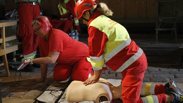 Tolik záchranářů v centru Jičína snad ještě nikdy nebylo. Nejednalo se ale o žádné hromadné neštěstí. Své síly tu záchranáři měřili v soutěži Jičínská věž.