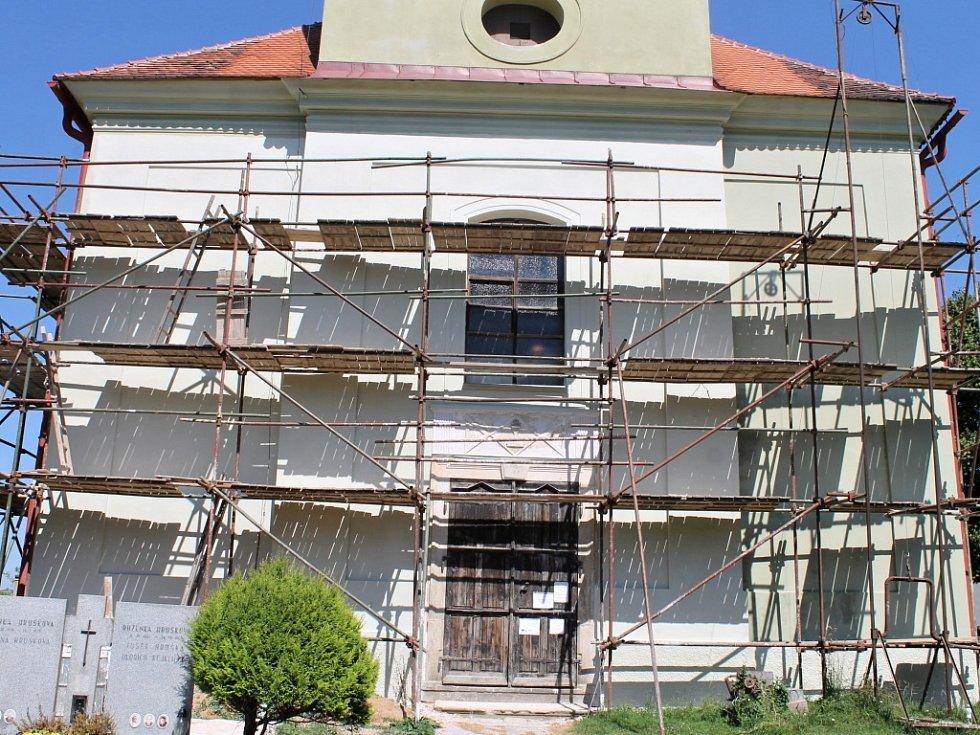 Práce na rekonstrukci lužanského kostela.