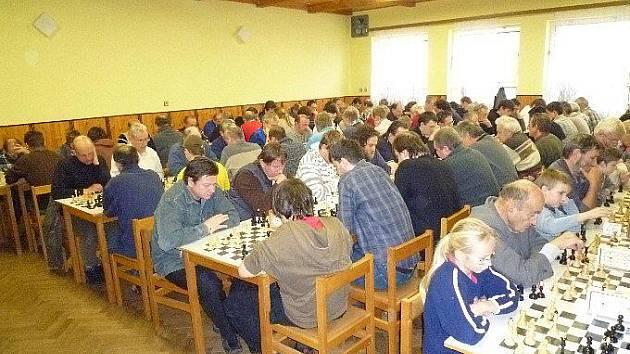 Šachisté na turnaji v klubovně lužanského obecního úřadu.