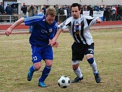Miroslav Král  (vlevo) bude i v letošní sezoně patřit k oporám novopackého celku. Potrvdil to opět v sobotním utkání.