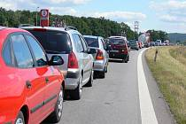 Kolona se šine krokem, mnohá auta mají problém s přehřátím motoru.