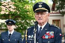 U pamětní desky plukovníka Jaroslava Lišky v Lázních Bělohradě.