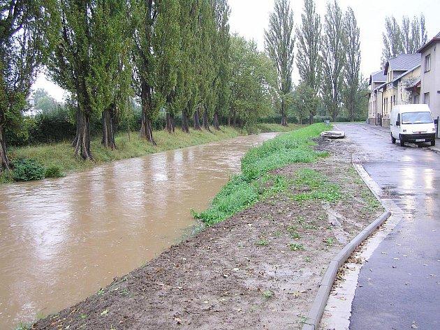 Rozvodněná Cidlina v Jičíně.