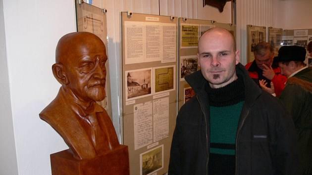 Albert Králíček u busty Josefa Jíry, kterou odborně opravil.