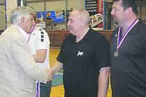 ZASLOUŽENÁ ODMĚNA. Miloslav Kůta (vpravo) převzal medaile za umístění týmu starších dorostenců v nejvyšší republikové soutěži, který trénuje společně v Petrem Babákem. V anketě Deníku obsadil druhé místo v kategorii dobrovolní trenéři.