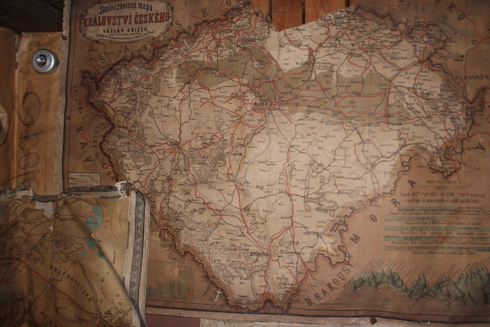 Kyje - V rámci rekonstrukce roubené školy z roku 1875 došlo k odhalení vzácných materiálů z doby Marie Terezie - mapy, učební pomůcky, knihy, modlitební knihy
