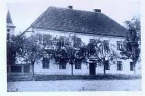 Škola v Osenicích.