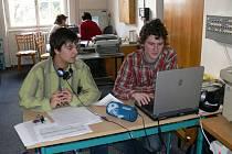 Výuka v novopackém gymnáziu je nyní komplikovaná, studenti musí učebny postupně uvolnitt dělníkům.