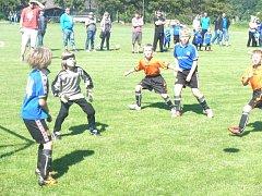 Moment ze zápasu Robous (modré dresy) proti Chomuticím B. Těsně před rohovým kopem.