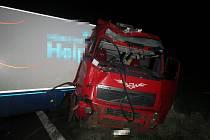 Po nehodě zůstal kamion napříč přes celou silnici.
