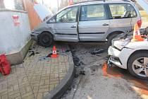 Po nehodě v Nové Pace skončil nepozorný řidič v péči záchranářů.