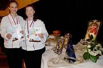 ADRIANA VELÍKOVÁ (zleva) vybojovala v Hradci stříbro, Jana Mašková  s prací Krása žen získala první místo.