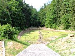 Koupaliště Pelíšek čeká na odstranění sedimentu, příští rok už bude připraveno na koupání. Cesty pro těžbu dřeva chtějí vlastníci lokality zpevnit.