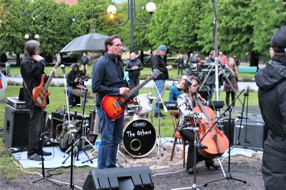 Na natáčení se podílela i jičínská kapela The Others. Pro film dokonce složili píseň na zakázku.