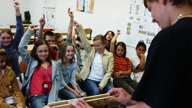 Ukázková hodina v kopidlenské základní škole pro mladé adepty včelaření.